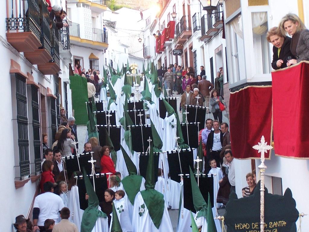 Setenil se vuelca con su Semana Santa cada año. Todo el pueblo participa, bien como penitente, llevando el trono o arropando el paso de la procesión. FOTO: ÁNGEL MEDINA LAÍN