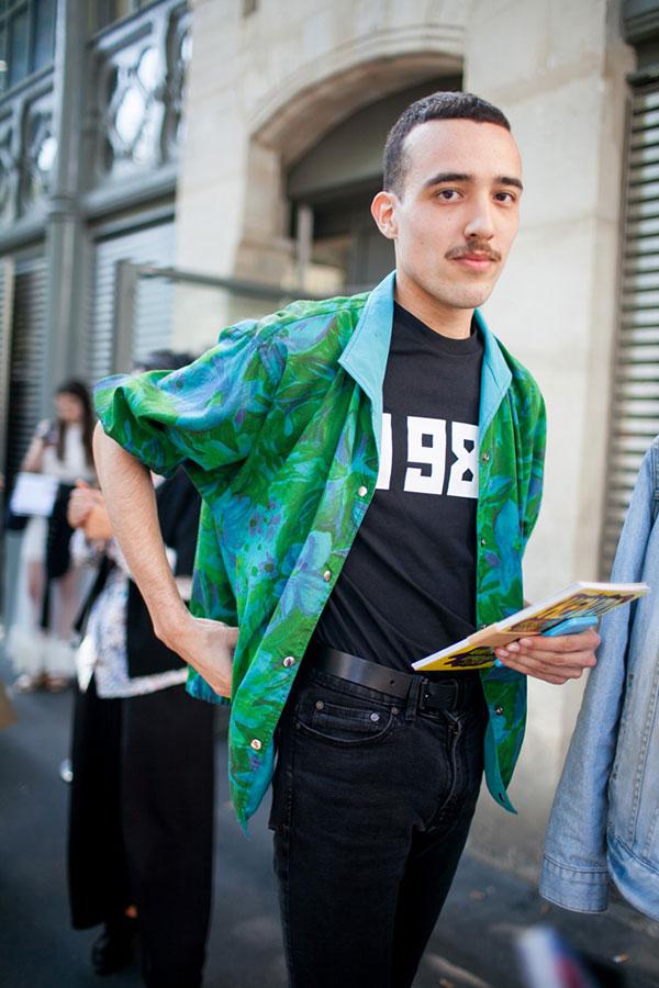 グリーン柄ブルゾン×Gosha rubchinskiy黒Tシャツ×ブラックジーンズ