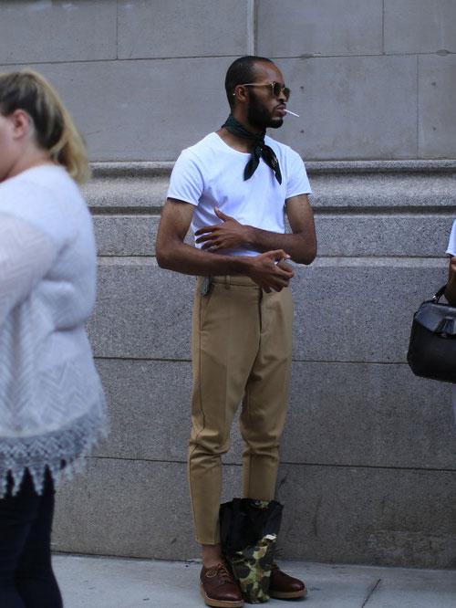 白無地Tシャツ×ベージュスラックス×ブラウンダービーシューズ