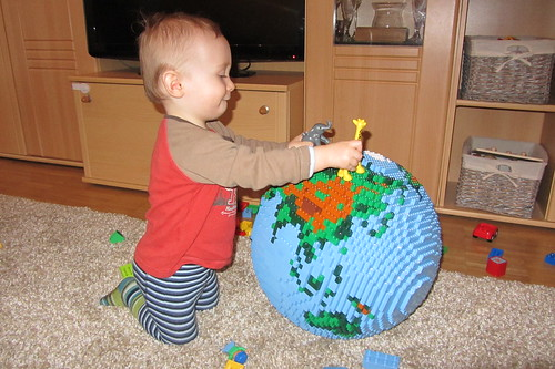 dirks LEGO globe - playing 02