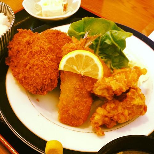 サービスランチ800円。メンチカツ2枚、アジフライ1枚、唐揚げ2個のボリューム。ご飯大盛り無料。