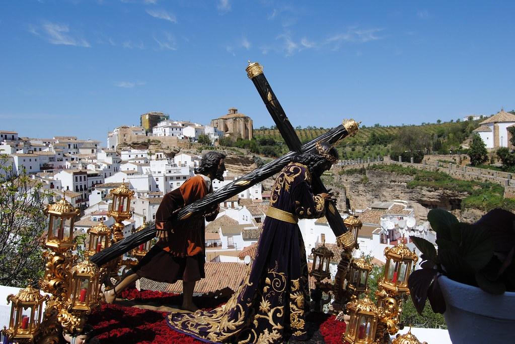 Padre Jesús alcanza la mitad de su recorrido en la calle Cantarería, con la fortaleza medieval de Setenil de fondo. FOTO: ÁNGEL MEDINA LAÍN