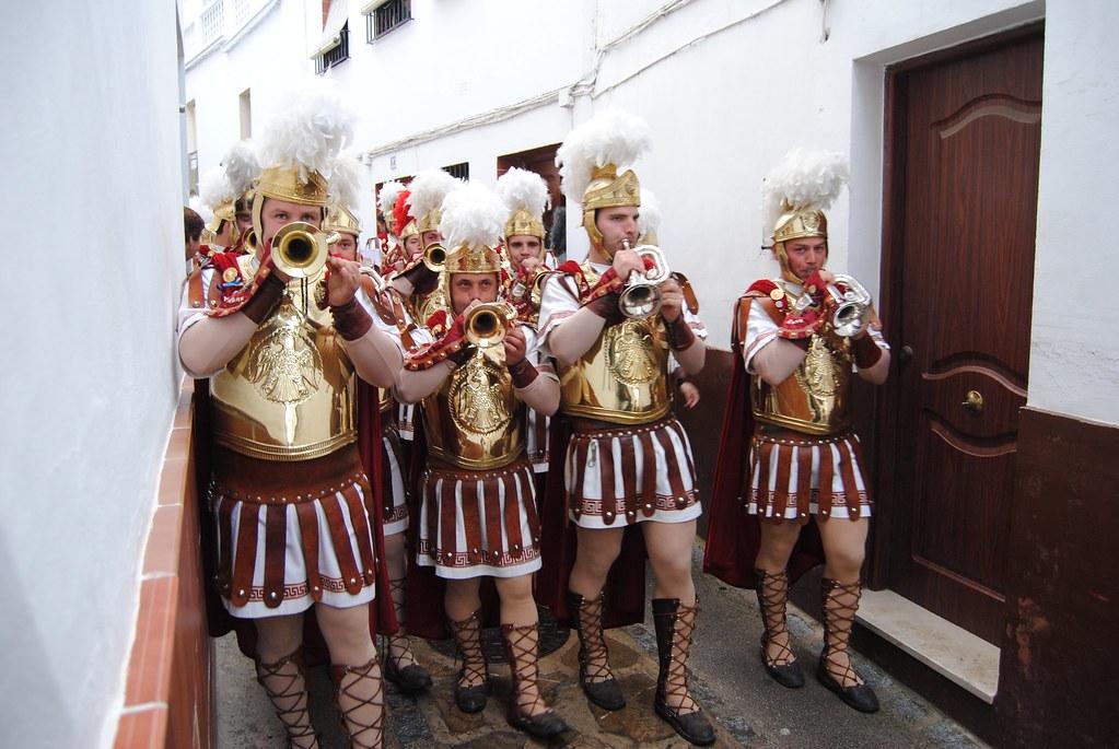 Una banda de romanos desfila por la estrecha calle Alta. FOTO: ÁNGEL MEDINA LAÍN