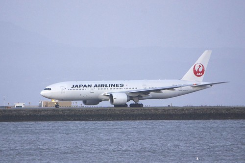 Boeing 777-200 JAL spooling up for takeoff...