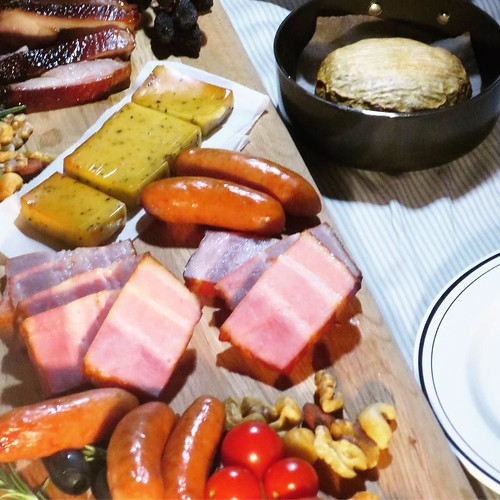 カマンベールチーズを燻製の熱で溶かして、チーズフォンデュも美味かった。ハズレが無い、素晴らしい。 #APELUCA #燻製道士 #東京湾岸燻製ナイト