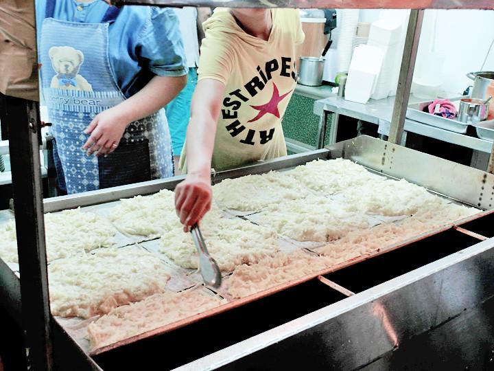 them making 蔬菜大蛋饼