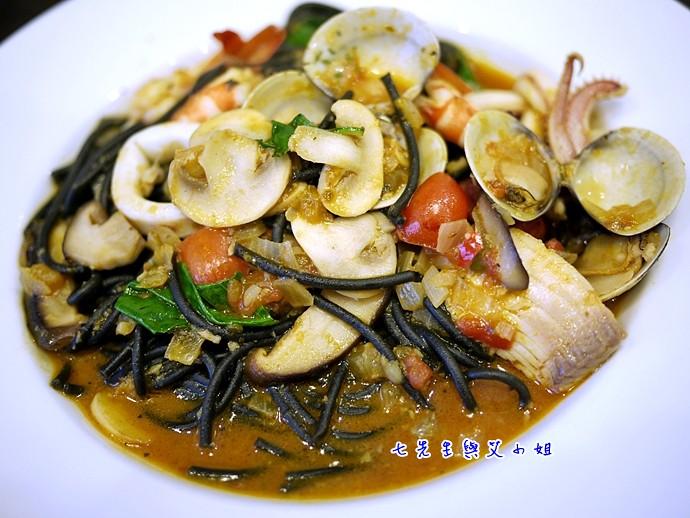 9 香辣海鮮墨魚麵