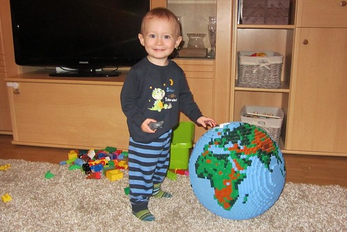 dirks LEGO globe - playing 01
