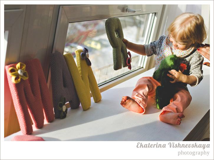 фотограф Екатерина Вишневская, хороший детский фотограф, семейный фотограф, домашняя съемка, студийная фотосессия, детская съемка, малыш, ребенок, съемка детей, фотография ребёнка, девочка, красота, милый ребёнок, мама, материнство, имя майя, маия, подоконник, шарфик, фотограф москва