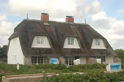Ein typisches Haus mit Reetdach auf Sylt