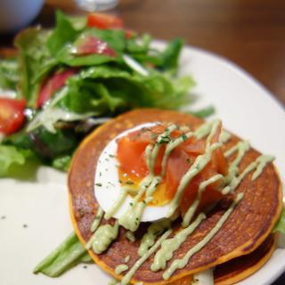 トマトとハーブのパンケーキ。スモークサーモンと半熟卵。