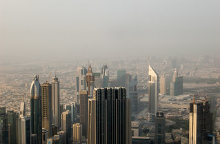 Buildings le long de la Sheikh Zayed Road et le vieux Dubaï au loin