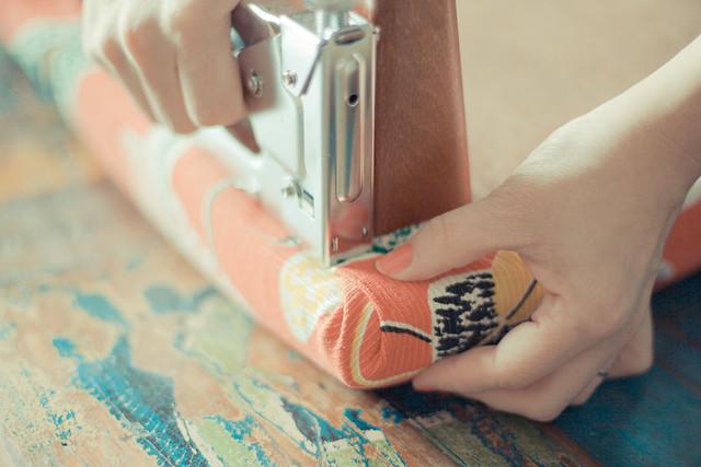 Diy retapisser un tabouret vintage planb par morganours for Recouvrir des chaises en tissu