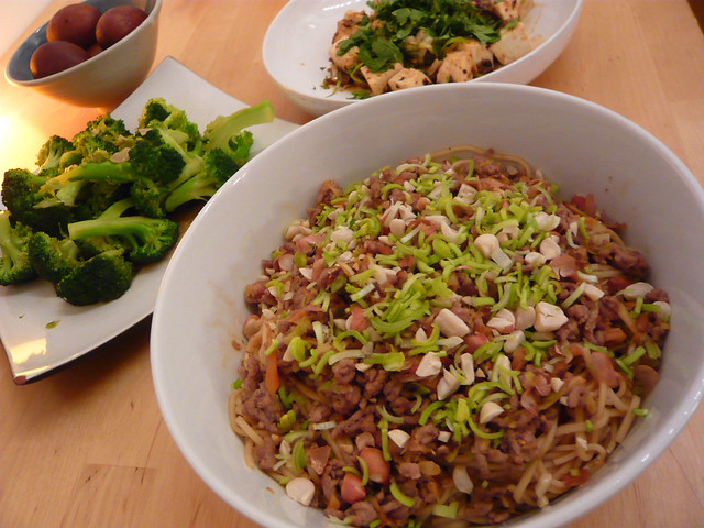 f6eac61f00 Q9036  what filled with noodles and other items next to a plate of broccoli  on a table   Correct answer  bowl. IMG+PRIOR  1. bowl 0.3090 2. salad 0.1332