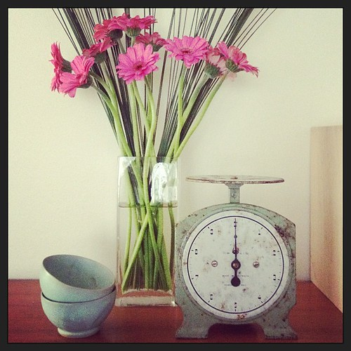 Fresh pink flowers & old blue vintage #sundaystyleloves #sundaystyle