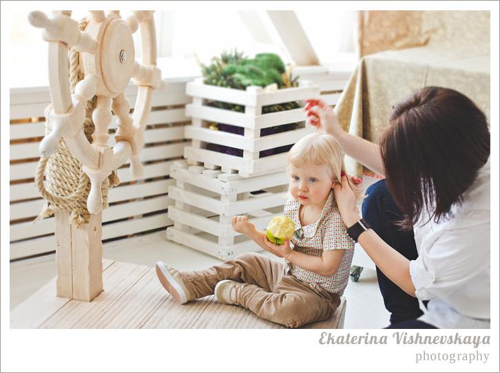 фотограф Екатерина Вишневская, хороший детский фотограф, семейный фотограф, домашняя съемка, студийная фотосессия, детская съемка, малыш, ребенок, съемка детей, фотография ребёнка, девочка, мама, корабль, штурвал, съёмочный процесс, фотограф москва