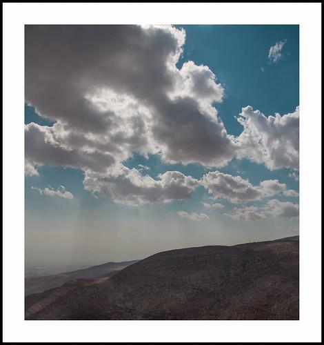 wolken boven de westbank by hans van egdom