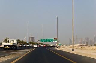 Vue sur la skyline de Dubai depuis l'autoroute