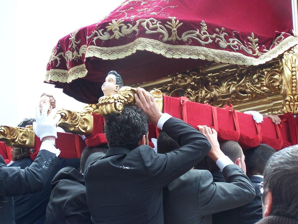 El entramado urbano obliga a un sobreesfuerzo a los hermanos que llevan el trono.FOTO: ÁNGEL MEDINA LAÍN