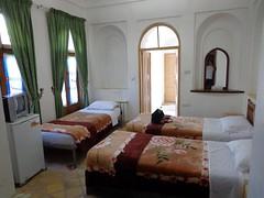 Quarto com várias camas no Hotel Kohan em Yazd