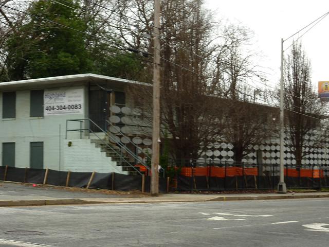 P1150803-2013-01-30-103-Fort-Street-Teardown-Modern-wall-with-ovals-detail