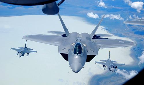 [フリー画像素材] 戦争, 軍用機, 戦闘機, F-22 ラプター, F-16 ファイティング・ファルコン, アメリカ軍 ID:201303010000