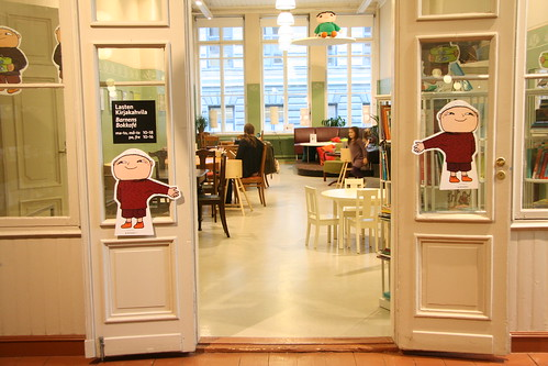 兒童閱讀咖啡館的門口,目前貼的也是正在展覽的童書主題人物畫像