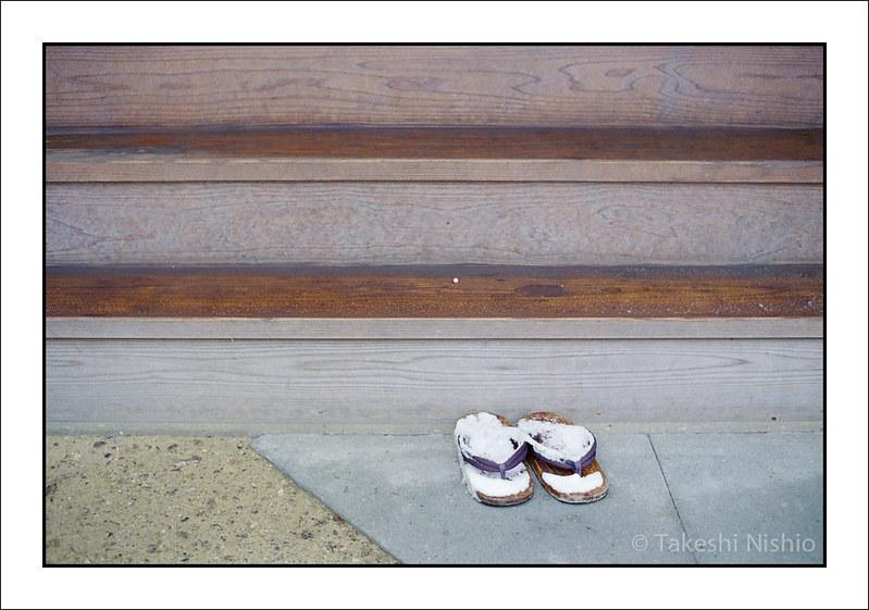 草履だけ雪まみれ / Only Sandals are snow-covered