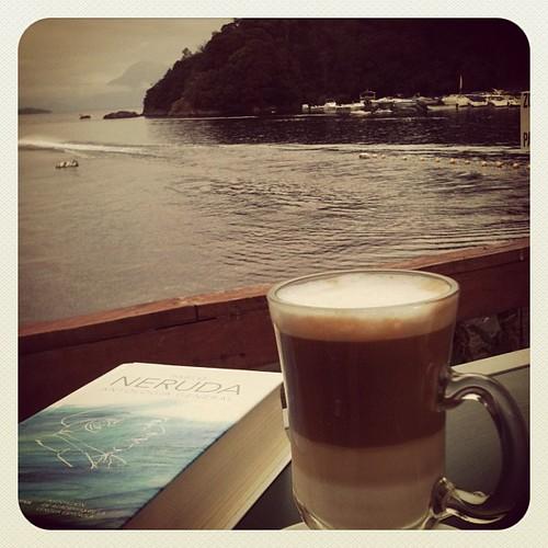 Leyendo Neruda frente al Lago Calafquén by Miradas Compartidas