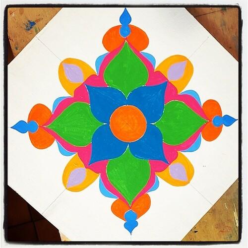 Um domingo colorido pra vocês! #colors #cores #mandala #painting by ALÉM DA RUA ATELIER/Veronica Kraemer