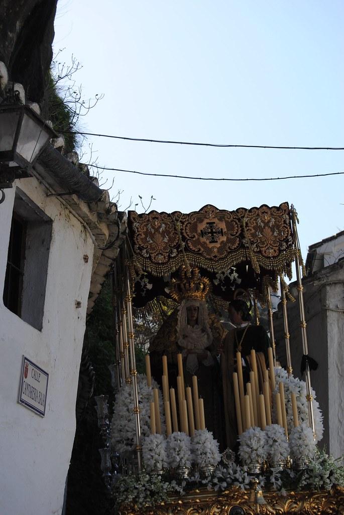 En el segundo trono de la procesión va la Virgen de los Dolores, una talla anónima de mediados del siglo XX, y San Juan. Aquí vemos el palio en la difícil maniobra de cruce de la calle Cantarería con las Cuevas de la Sombra. FOTO: ÁNGEL MEDINA LAÍN
