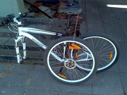 ככה דווקא כן נועלים אופניים.