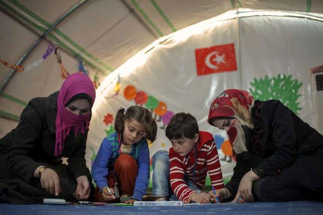 As irmãs Tamara e Eilada fugiram de sua aldeia na Síria, mas agora têm uma chance de continuar seus estudos na Turquia. Foto: ACNUR/B.Sokol.
