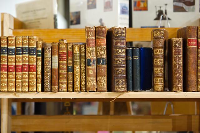 Livres anciens sur une étagère