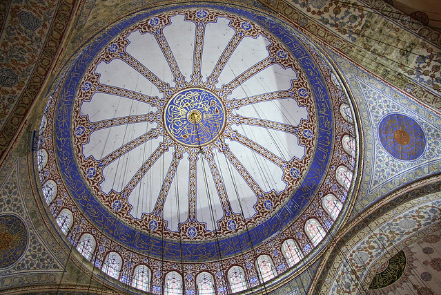 Decorated dome in the Blue Mosque, Istanbul, Turkey イスタンブール、ブルーモスクのドーム天井