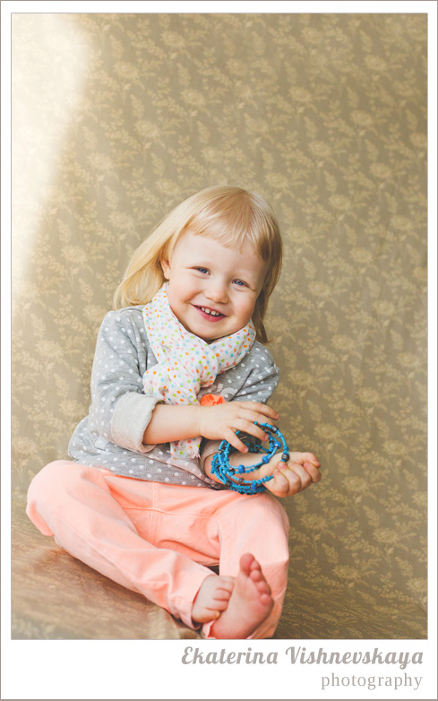 фотограф Екатерина Вишневская, хороший детский фотограф, семейный фотограф, домашняя съемка, студийная фотосессия, детская съемка, малыш, ребенок, съемка детей, фотография ребёнка, девочка, портрет, красота, милый ребёнок, смех, улыбка, радость, подарок, горошек, браслет, украшение, бижутерия, мода, стиль, шарфик, фотограф москва