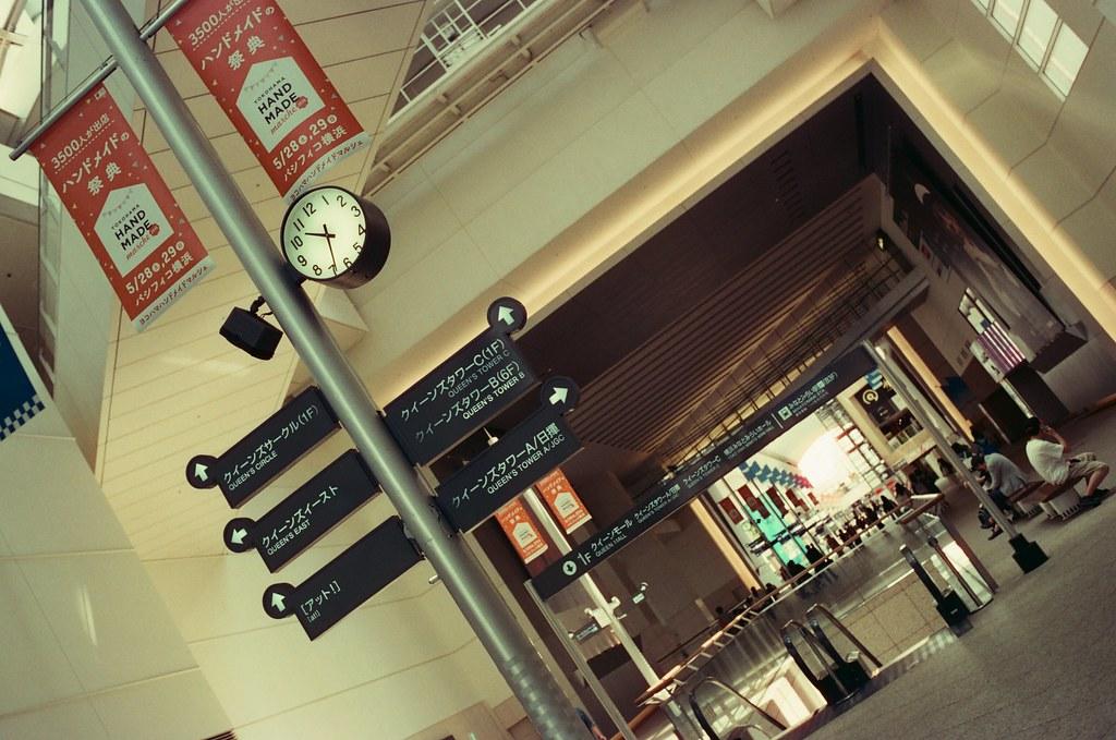 Queen's Square Yokohama, Japan / KONO! Kolorit / Nikon FM2 Queen's Square 是一段非常寬敞的走廊,一路通到港口。  那時候近中午吧,光線還滿漂亮的!  Nikon FM2 Nikon AI AF Nikkor 35mm F/2D KONO! Kolorit 400 Tungsten 6411-0023 2016/05/21 Photo by Toomore