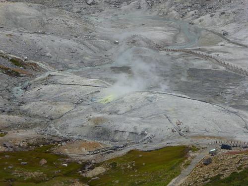 地獄谷。散策路があるが、硫化水素濃度が上がったたため立入禁止になっている。ここで湧いた温泉を近隣の山荘が引湯しているゴムパイプが見える。日帰り入浴できる山荘もある。