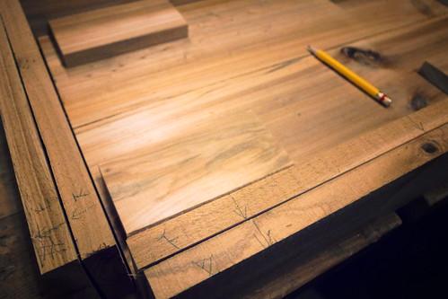 每一塊木料都做上記號,免得開刨後,上下左右都搞不清楚。