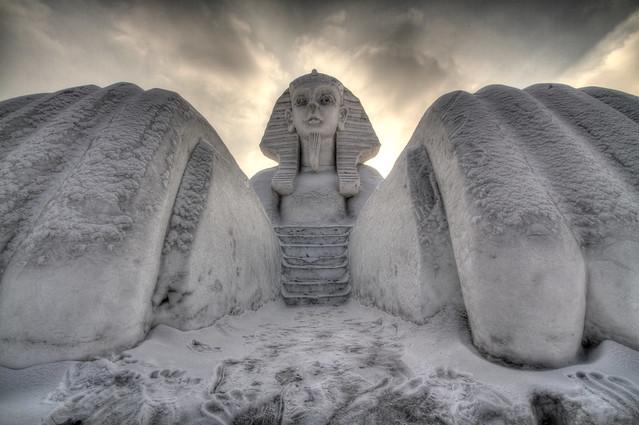 Reproducción hecha de hielo de la esfingue egipcia para el Festival del Hielo de Harbin