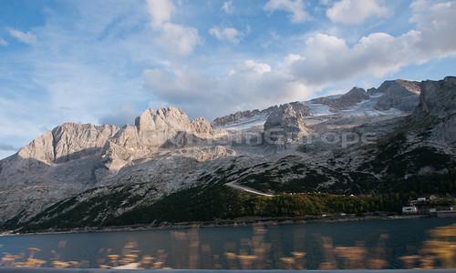湖の向こうのドロミーティ上の氷河