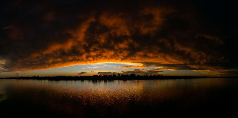 Agua y fuego. Durante nuestro recorrido de 3 días en el Yate 7 Cabrillas cuesta arriba por el Río Paraguay, desde la ciudad de Concepción hasta Bahía Negra, pudimos observar increíbles atardeceres como éste, donde el sol, el río y las nubes producían una gama de colores indescriptible. (Tetsu Espósito).