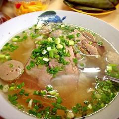 noodle(1.0), bãºn bã² huế(1.0), noodle soup(1.0), kuy teav(1.0), produce(1.0), pho(1.0), food(1.0), beef noodle soup(1.0), dish(1.0), broth(1.0), soup(1.0), cuisine(1.0),