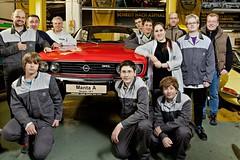 Schüler der Matthias-Claudius-Schule und Mitarbeiter des Opel-Werks Bochum mit dem Opel Manta A