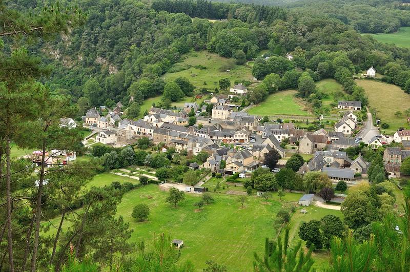 Petit village dans les alpes mancelles Paysage # Accrobranche St Leonard Des Bois