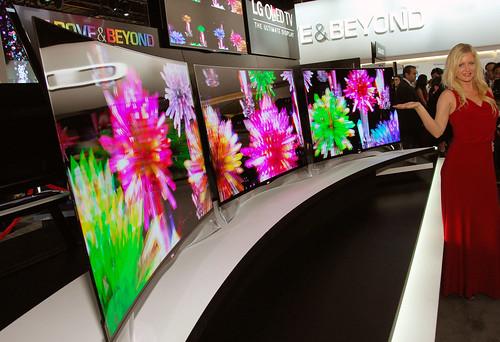 3D를 지원하는 곡면 올레드TV 3대를 전시 사진