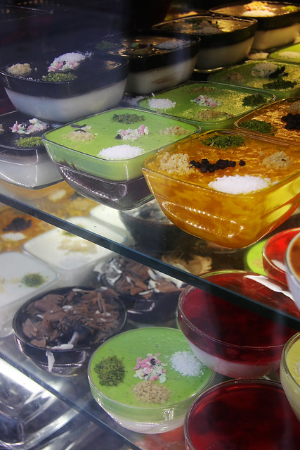 Show window at a sweets shop, Istanbul, Turkey イスタンブール、おやつ屋さんのショーウィンドウ