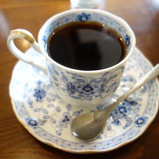 コーヒー。ブーケはネルドリップ。ミルク抜きだと、大盛りにしてくれる。