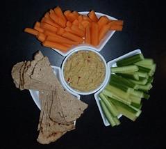 Krydret humus med agurk, gulerodder og fladbrød
