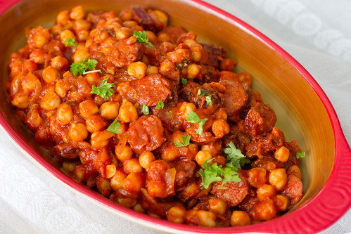Kikerherne-tomatihautis chorizoga. Garbanzos y chorizo. Chickpeas with chorizo